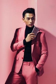 """Hoàng tử Isaac """"đẹp kiệt xuất, đậm khí chất"""" với Galaxy J7 Prime hồng vàng"""