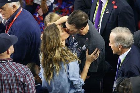 Hạnh phúc trào dâng, Tom Brady cũng chẳng ngần ngại trao cho bà xã Gisele Bündchen một nụ hôn nồng thắm ngay giữa chốn đông người