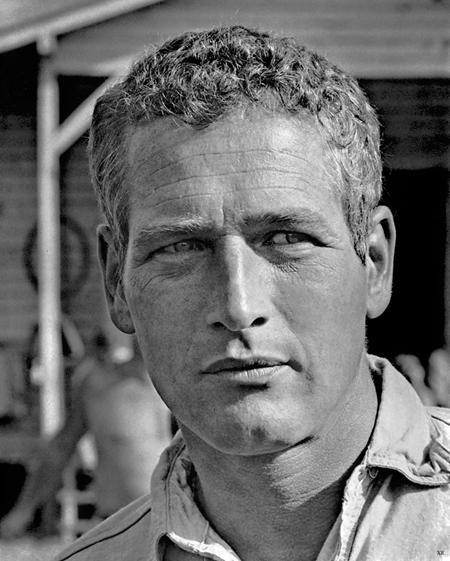 """Sau 6 đề cử Oscar diễn xuất và 2 Oscar danh dự, Paul Newman cuối cùng cũng được trao tượng vàng nhờ tác phẩm """"The color of money"""" vào năm 1987. Tuy nhiên, nam diễn viên lại không hề đến nhận giải và còn than thở với tờ AP rằng: """"Chuyện này giống như bạn theo đuổi một người phụ nữ suốt 80 năm trời. Cuối cùng, khi cô ấy động lòng thì bạn lại nói: """"Vô cùng xin lỗi, anh mệt rồi!""""."""
