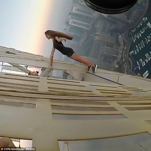 Rùng mình nhìn nữ người mẫu treo người bên tòa nhà chọc trời chụp ảnh - 3