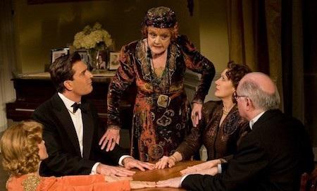 """Nữ diễn viên Angela Lansbury từng khá thản nhiên khi thú nhận với tờ The New York Times rằng bà đã bí mật đeo một chiếc tai nghe nhắc thoại khi trình diễn vở kịch """"Blithe spirit"""" vào năm 2009."""