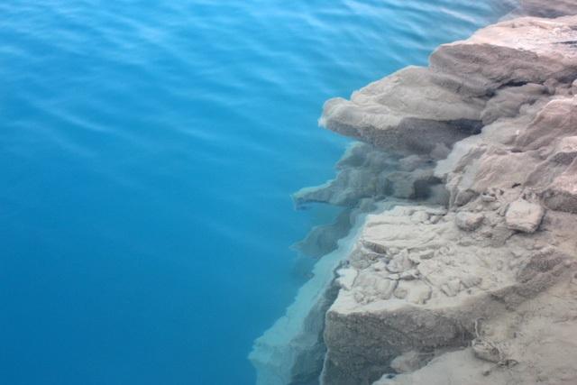 Hồ nước được tạo nên từ các núi đá sâu và dốc. Ảnh Gia đình & xã hội