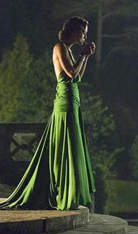 """Đến bây giờ, bộ váy xanh tuyệt đẹp mà Jacqueline Durran thiết kế cho Keira Knightley trong bộ phim """"Atonement"""" hồi năm 2007 vẫn được coi là một trong những kiệt tác của thời trang thế giới"""