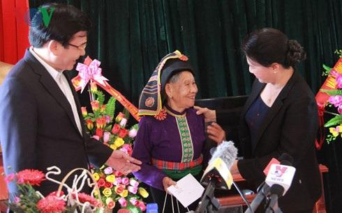 Chủ tịch Quốc hội đã đến thăm và tặng quà cho các gia đình chính sách ở xã Noong Hẹt