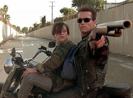 """""""Terminator 2"""" là cuộc hành trình theo chân Sarah và John Connor, cậu con trai 10 tuổi của Sarah cùng một chiến binh bảo vệ cả hai được cử đến từ tương lai. Xuyên suốt bộ phim là những trường đoạn hành động kịch tính đỉnh cao với kĩ thuật làm phim vượt trội so với mặt bằng chung của điện ảnh thời bấy giờ nhưng kết thúc đầy ý nghĩa và xúc động của bộ phim mới thực sự là điều khiến cho khán giả phải nhớ mãi về """"Terminator 2""""."""
