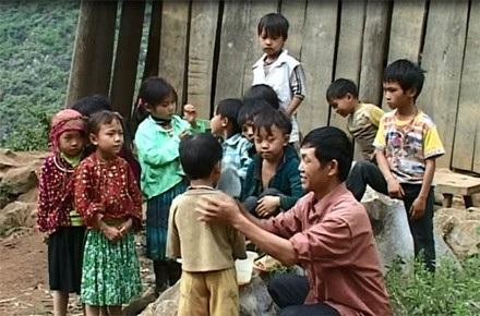 Thầy Nguyễn dạy học và chăm sóc trẻ em ở Lũng Mần.