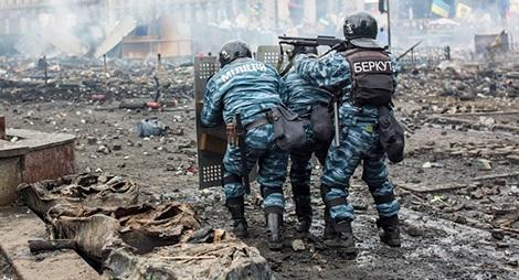 Cảnh sát chống lại người biểu tình ở Quảng trường Độc lập, tháng 2-2015. Ảnh: Sputnik International.
