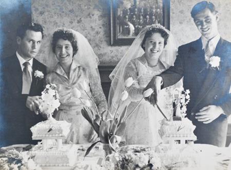 Hai cặp đôi cùng nhau cắt bánh cưới