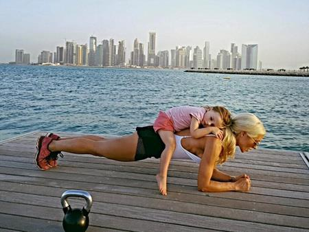 Simone luôn biết cách kết hợp giữa việc chăm con và tập thể dục