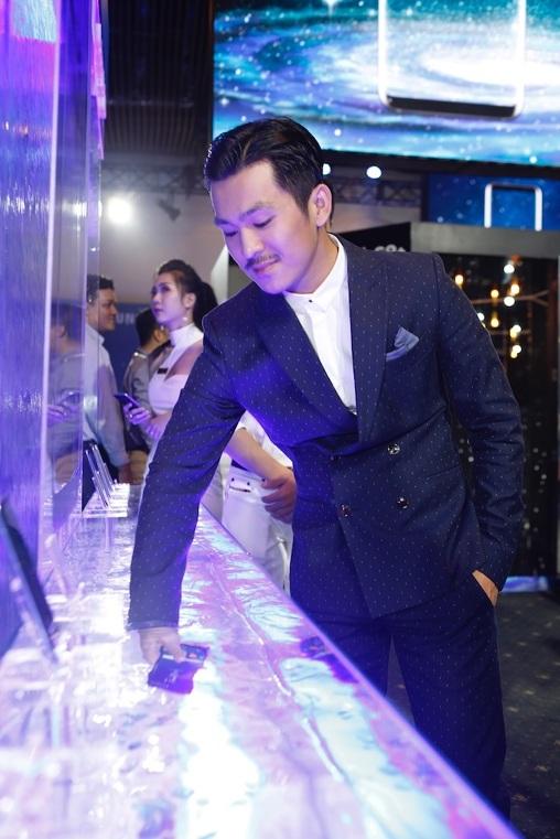 """Thiên Minh thích thú khi thấy Galaxy S8 bị thả vào hồ nước sâu mà vẫn """"bình an vô sự"""""""