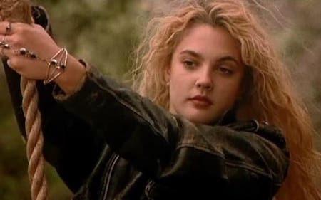 """Hồi đóng """"Poison Ivy"""", Drew Barrymore đã thẳng thừng từ chối đóng các cảnh nude và đoàn làm phim đã phải tìm tới diễn viên đóng thế. Điều hài hước là sau này, Drew Barrymore đã """"thủ thỉ"""" với báo giới rằng đôi gò bồng đảo được trình diện trên phim khó mà có thể so sánh với """"hàng thật"""" của nữ diễn viên."""