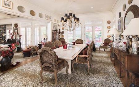 Nhiều đồ đạc được thiết kế với hoạ tiết da báo ấn tượng