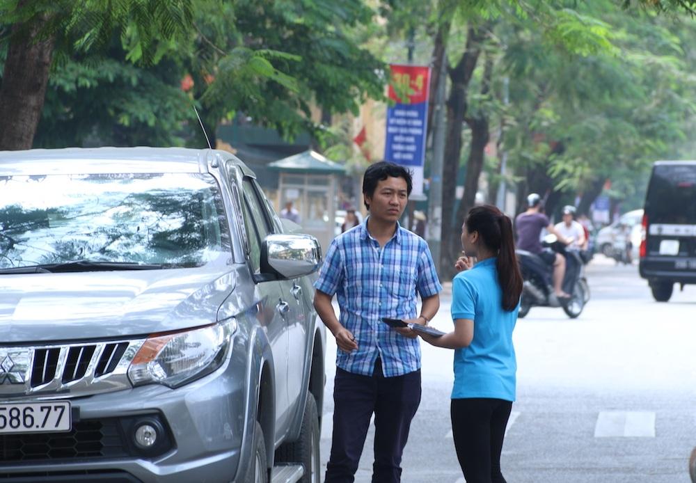 Hà Nội: Người dân lúng túng khi sử dụng công nghệ đỗ xe thông minh - 4