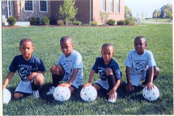 Bốn anh em Nick, Nigel, Zach và Aaron thuở nhỏ (Ảnh: NBC News)
