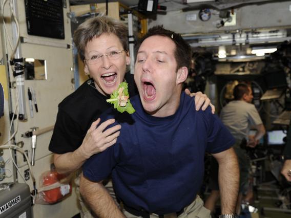 Những bức ảnh ngộ nghĩnh về cuộc sống của các phi hành gia trong không gian - 3