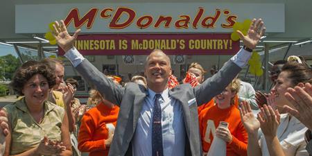 """""""The founder"""" được dựa trên câu chuyện có thật về Ray Kroc (Michael Keaton thủ vai), một thương nhân đã biến mô hình đồ ăn nhanh táo bạo của hai anh em nhà McDonald trở thành một trong những chuỗi hàng ăn lớn nhất thế giới. Ngay khi được ra mắt, """"The founder"""" đã thu về rất nhiều lời tán dương, đặc biệt là những đánh giá tích cực dành cho màn trình diễn quá đỗi xuất sắc của nam tài tử Michael Keaton."""
