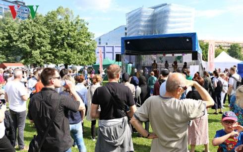 Đông đảo người dân tham dự lễ hội.