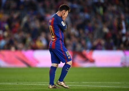 Messi gặp bất lợi trong cuộc đua giành Quả bóng vàng với C.Ronaldo