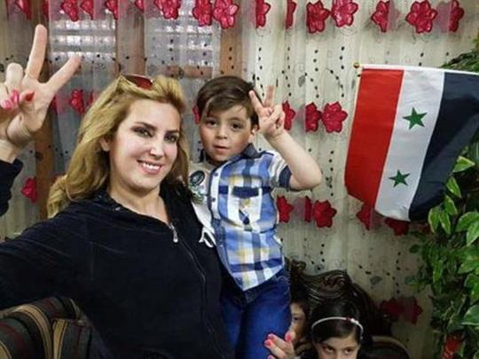 Nữ nhà báo Kinana Allouche và bé Omran. Ảnh: Daily Mail