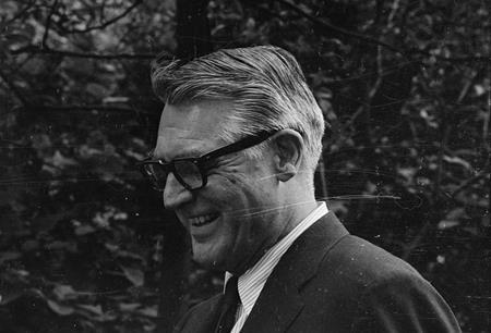 Ở tuổi 62, Cary Grant đã quyết định giã từ sự nghiệp dù vẫn còn rất sung sức để cống hiến cho nghệ thuật. Nam tài tử gạo cội cũng đã từ chối rất nhiều những lời đề nghị kếch xù từ các nhà sản xuất.