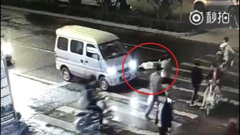 Người phụ nữ bị xe cán 2 lần, không ai quan tâm - 4