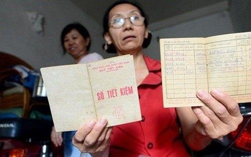 Bà Thủy với cuốn sổ tiết kiệm giá trị tiền gửi chỉ còn mua được 1 mớ rau