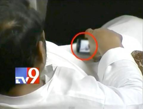 Nghị sĩ Ấn Độ Naba Kishore Das bị bắt gặp đang xem hình ảnh không thích hợp