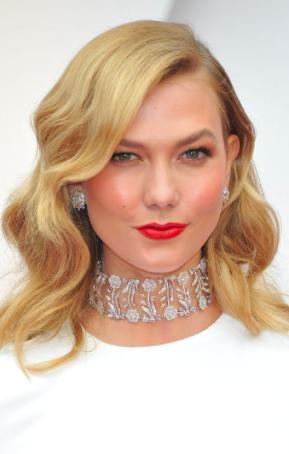 Karlie Kloss cũng có một chiếc vòng cổ choker phong cách cùng hoa tai kim cương đẳng cấp của Nirav Modi