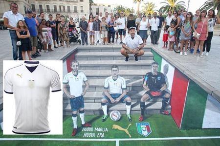 Năm ngoái, thay vì ra mắt một đoạn video quảng bá áo đấu bình thường thì Liên đoàn bóng đá Italia lại có một ý tưởng khá độc đáo là vẽ lại hình ảnh của các chân sút nổi tiếng ngay ở địa danh Piazza del Ferrarese, Bari nức tiếng.