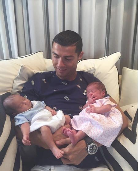 C.Ronaldo vừa hân hoan khoe cặp song sinh