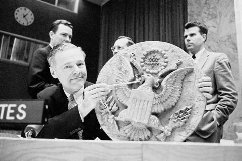 Đại diện Mỹ tại Liên Hiệp Quốc, Henry Cabot Lodge đã giới thiệu vị trí con bọ gián điệp trên quốc huy treo tại ĐSQ Mỹ ở Moscow