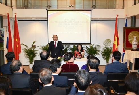 Thủ tướng Nguyễn Xuân Phúc nói chuyện với cán bộ, nhân viên ĐSQ và cộng đồng người Việt tại Hà Lan