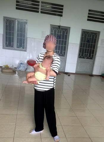 Một cô gái tạm lánh vừa sinh con.