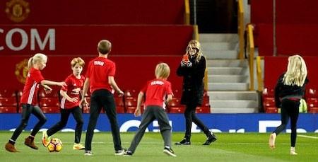 """""""Người đàn bà đẹp"""" từng đưa các con tới xem Man United thi đấu"""