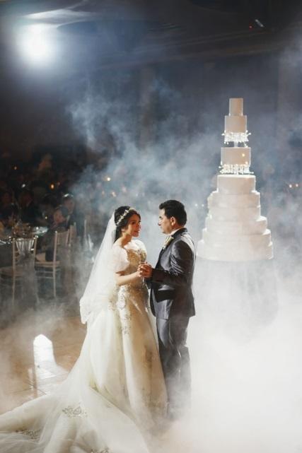 Cô dâu diện váy cưới trắng bồng bềnh