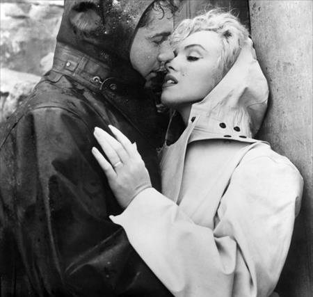 """Trong bộ phim """"Niagra"""" (1953), huyền thoại điện ảnh Marilyn Monroe đã có một màn khóa môi không chỉ ướt át mà còn khá lạnh lẽo cùng với người bạn diễn Joseph Cotton"""
