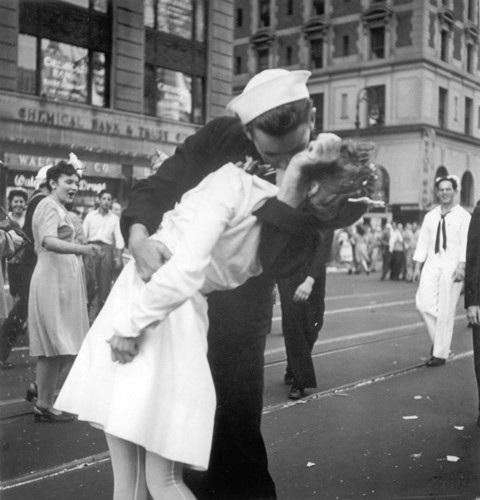 Nụ hôn bất tử giữa một thủy thủ và một y tá tại Quảng trưởng Thời đại ở khu Manhattan, New York đánh dấu Thế chiến thứ 2 kết thúc. Ảnh: AP