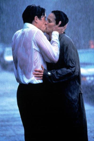 """Hugh Grant và Andie MacDowell cũng có một nụ hôn dưới mưa xứng đáng đi vào lịch sử trong tác phẩm hài lãng mạn """"Four weddings and a funeral"""" (1994)"""