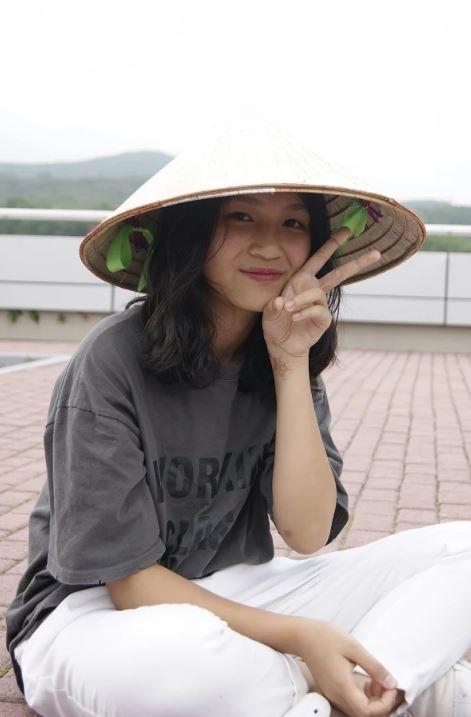 Bạn trẻ mang nón lá Việt Nam – niềm tự hào dân tộc