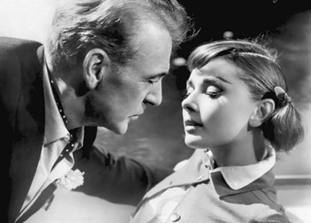 """Hai huyền thoại điện ảnh Gary Cooper và Audrey Hepburn đã thể hiện thành công một mối tình hết sức lãng mạn, quyến rũ trong """"Love in the Afternoon"""" (1957) nên rất nhiều khán giả đã quên mất rằng khi đóng bộ phim này, Audrey Hepburn kém bạn diễn của mình tới 28 tuổi."""