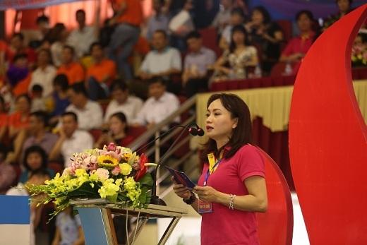 Bà Nghiêm Thùy Lan, Chủ tịch CĐ DKVN phát biểu khai mạc Tuần lễ Văn hóa Dầu khí lần thứ X và Đại hội Thể thao ngành Dầu khí năm 2017