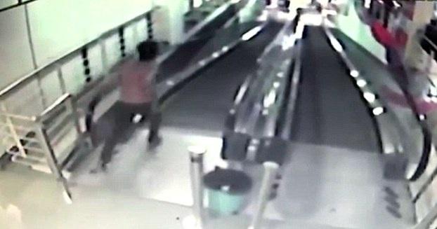 Sau khi vụ tai nạn xảy ra, mọi người mới bắt đầu chạy ra ứng cứu
