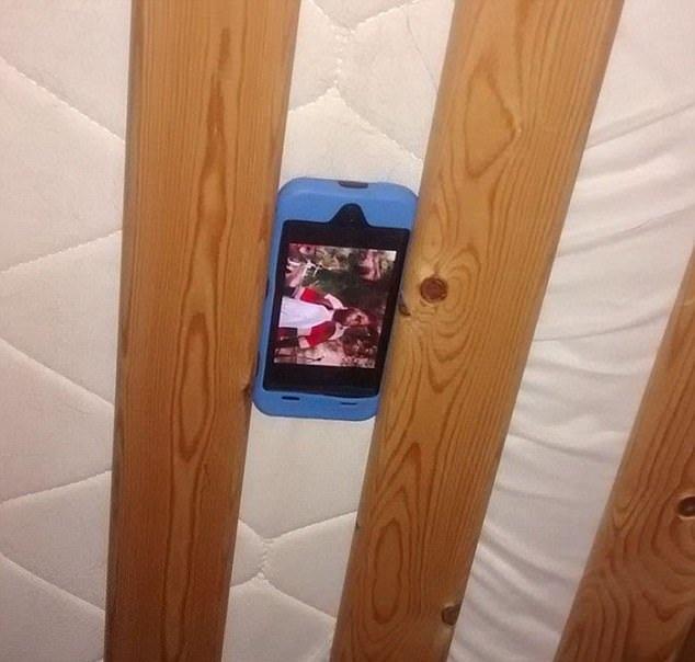Lợi dụng chiếc giường tầng, cậu bé đã có giá treo điện thoại tiện lợi