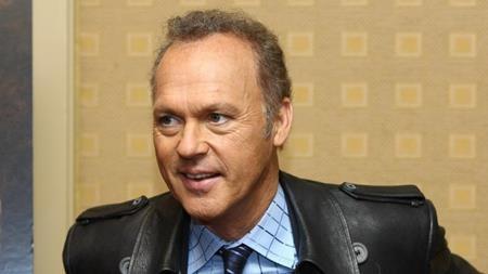 """Michael Keaton từng được mời chào mức thù lao lên tới 15 triệu đô la Mỹ nếu chấp nhận thêm một lần nữa khoác lên mình bộ cánh Người Dơi trong phần phim """"Batman forever"""". Theo kế hoạch lúc đó thì dự án này sẽ do Joel Schumacher thay Tim Burton cầm trịch nhưng phần nội dung kịch bản lại dở tệ đến mức Michael Keaton nhất quyết không chịu gật đầu tham gia."""