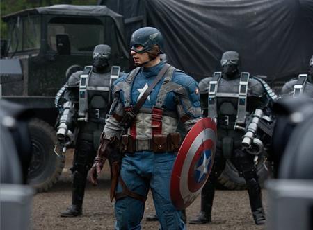 """""""Captain America: The first avenger"""" (2011) cũng là một tác phẩm rất thú vị trong danh sách. Vẫn mang dáng dấp của dòng phim siêu anh hùng nhưng nhân vật chính Captain America trong phim còn là biểu tượng của lòng yêu nước, trung kiên, đầy chính nghĩa, sẵn sàng hy sinh thân mình để đổi lấy hòa bình."""