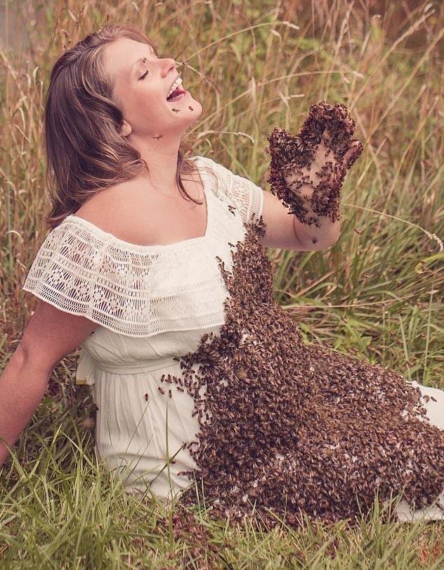 Cười đùa vui vẻ với bầy ong