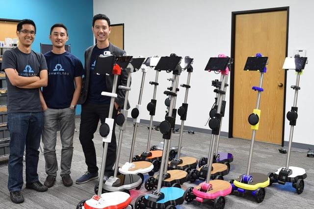 TS Vũ Duy Thức (phải) và các cộng sự bên cạnh loạt sản phẩm robot Ohmni.
