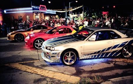 """""""2 Fast 2 Furious"""" gây ấn tượng nhờ việc tràn ngập những trường đoạn đua xe ngoạn mục và nghẹt thở nhưng cũng chính vì vậy mà bộ phim này bị cáo buộc đã truyền cảm hứng cho rất nhiều vụ đua xe trên thực tế."""