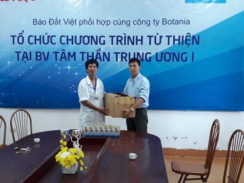 Đại diện bệnh viện nhận quà từ thiện do công ty Botania trao tặng