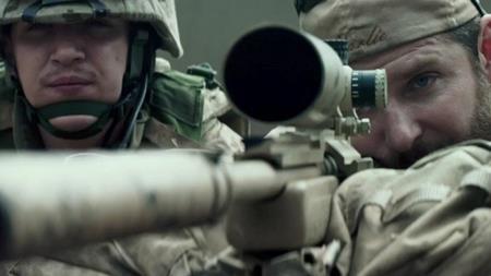 """Xoay quanh cuộc đời của tay lính bắn tỉa nổi tiếng Chris Kyle nhưng bộ phim """"American sniper"""" lại không xoáy sâu vào cái chết bất ngờ của Kyle. Kỳ thực, cái chết của Kyle vốn là một phần quan trọng trong kịch bản phim. Tuy nhiên, đích thân người vợ của Chris Kyle đã gọi điện thuyết phục đạo diễn Clint Eastwood và nam diễn viên Bradley Cooper."""